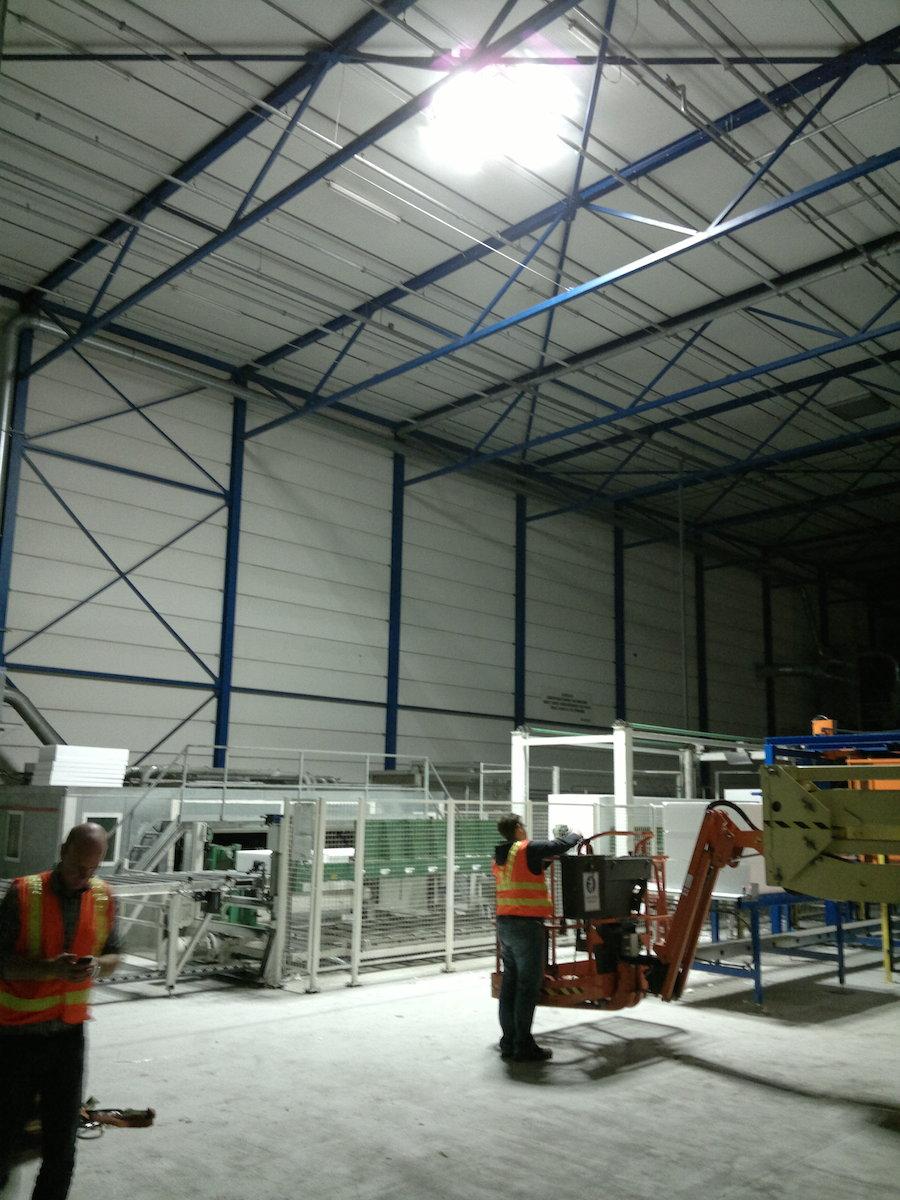 Ecosol-Sun-Tracker-in-bedrijfshal-van-Kingspan-Unidek